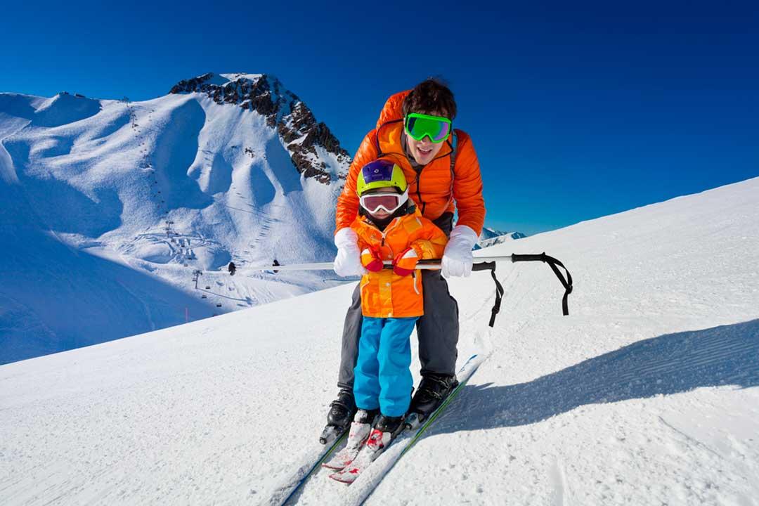 Niños esquiando por primera vez