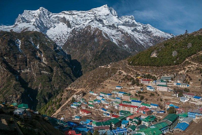 Mirando por encima de la ciudad principal de Namche Bazar, en la región de Everest.