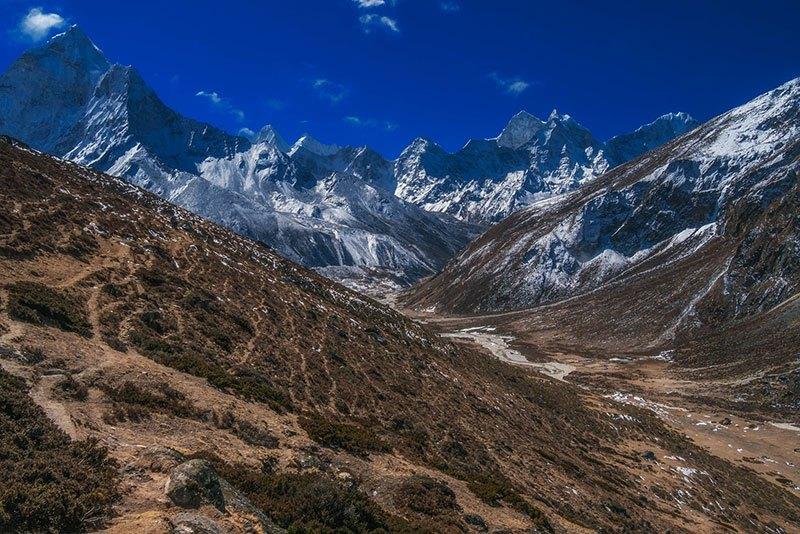 Dejando Tengboche las montañas se despliegan ante nosotros