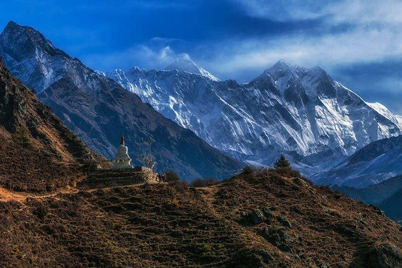 Stupas y banderas de oración se alinean el camino al campo base