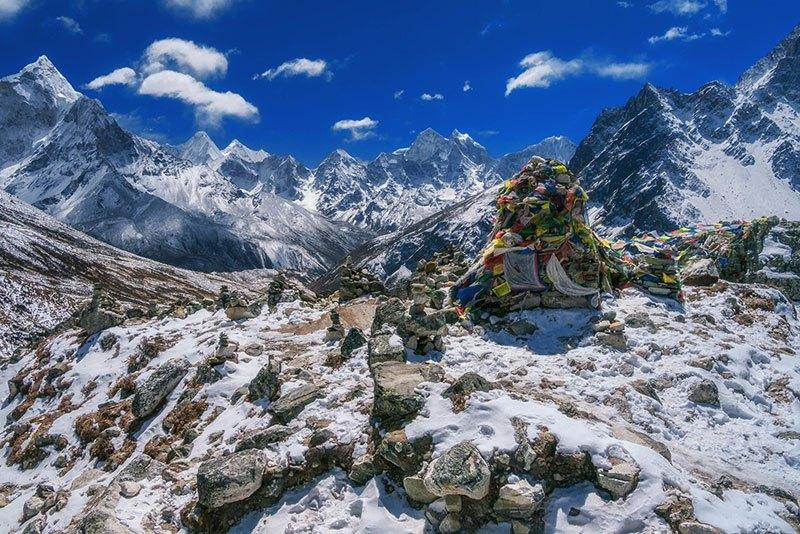 Santuarios a sherpas caídos están llenas a lo largo de la ruta
