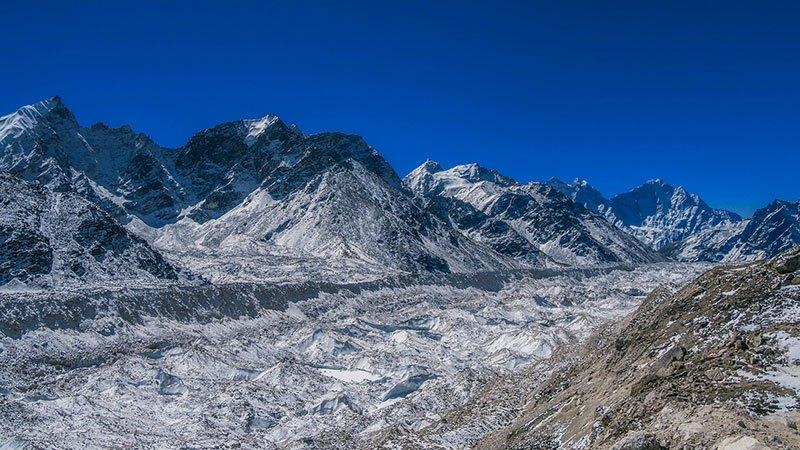 Mirando hacia atrás a través de la caída de hielo del Khumbu