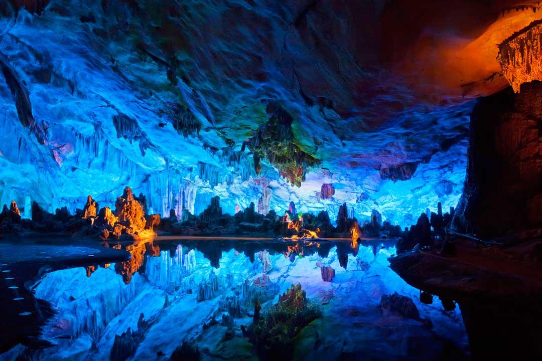 Las cuevas de la flauta de caña son uno de los monumentos naturales que ver al ir a China