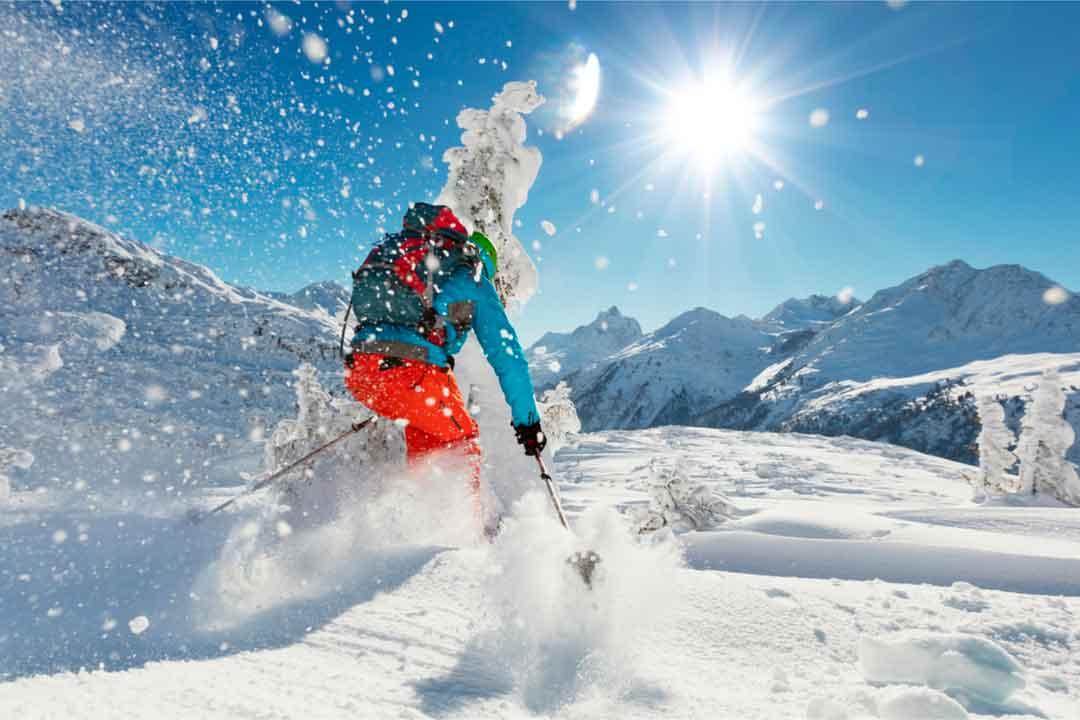 Aprende las diferencias del esquí fuera de pista con respecto a esquiar en pista