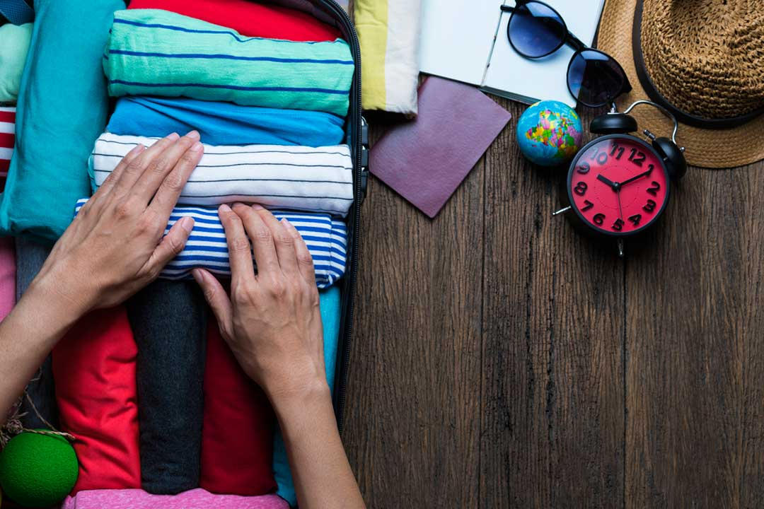 Entre los consejos para hacer la maleta de cabina, está el de enrollar la ropa en lugar de doblarla. Así ahorrarás más espacio.