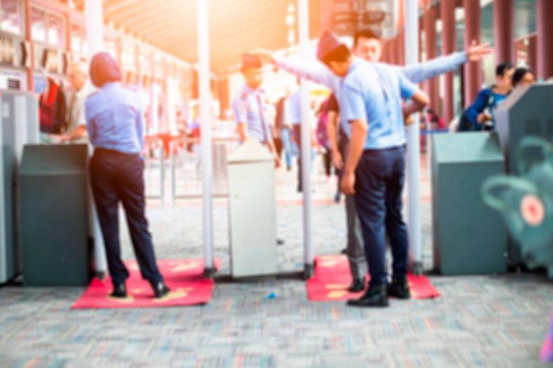 Evita llevar encima objetos metálicos para ahorrar tiempo al pasar el control de seguridad del aeropuerto