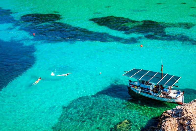 Las playas de Ibiza están consideradas entre las mejores del mundo, y dejan fotos de viaje maravillosas, como esta de la playa de San Miguel