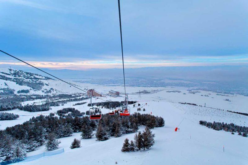 Esquiar es un buen plan que hacer si visitas Turquia en invierno